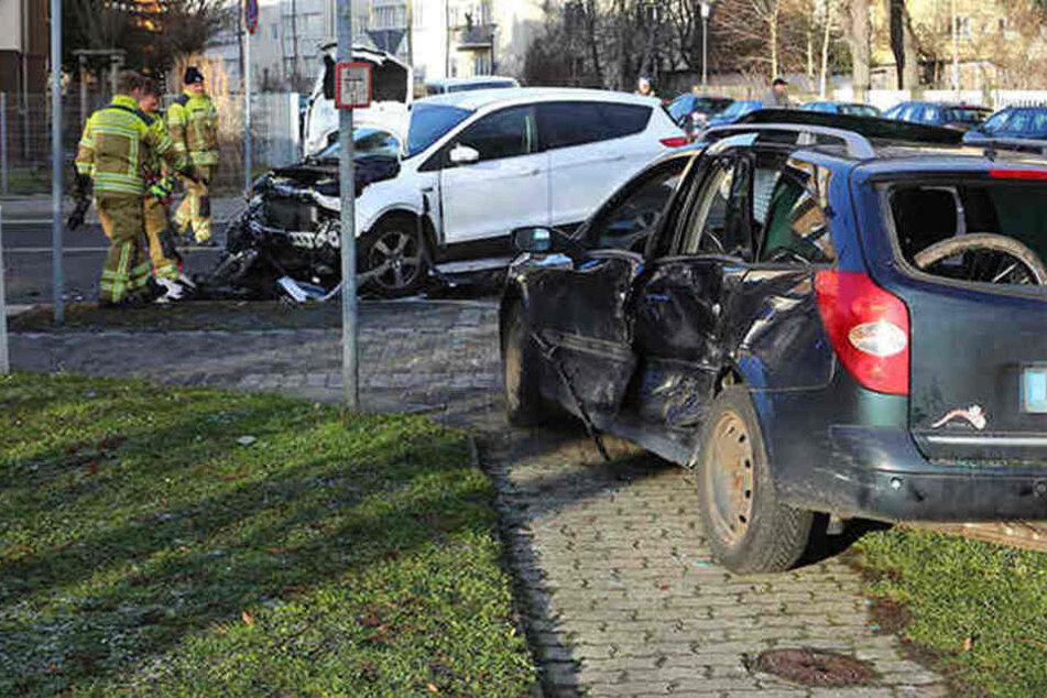 Drei Verletzte! Ford und Renault kollidieren an Kreuzung