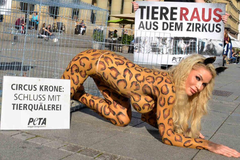 Mehr nackt als im Kostüm machte Playmate Ramona Bernhard auf die fragwürdigen Tierhaltebedingungen beim Zirkus Krone aufmerksam.