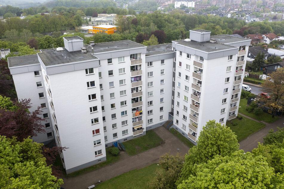In Velbert ist im Fall der unter Quarantäne gesetzten Bewohner zweier Hochhäuser bei sieben Familien die indische Corona-Variante nachgewiesen worden.