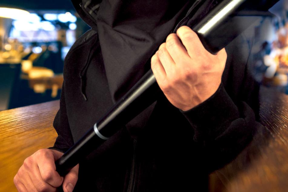 Mann in Bar mit Baseballschläger attackiert und schwer verletzt!