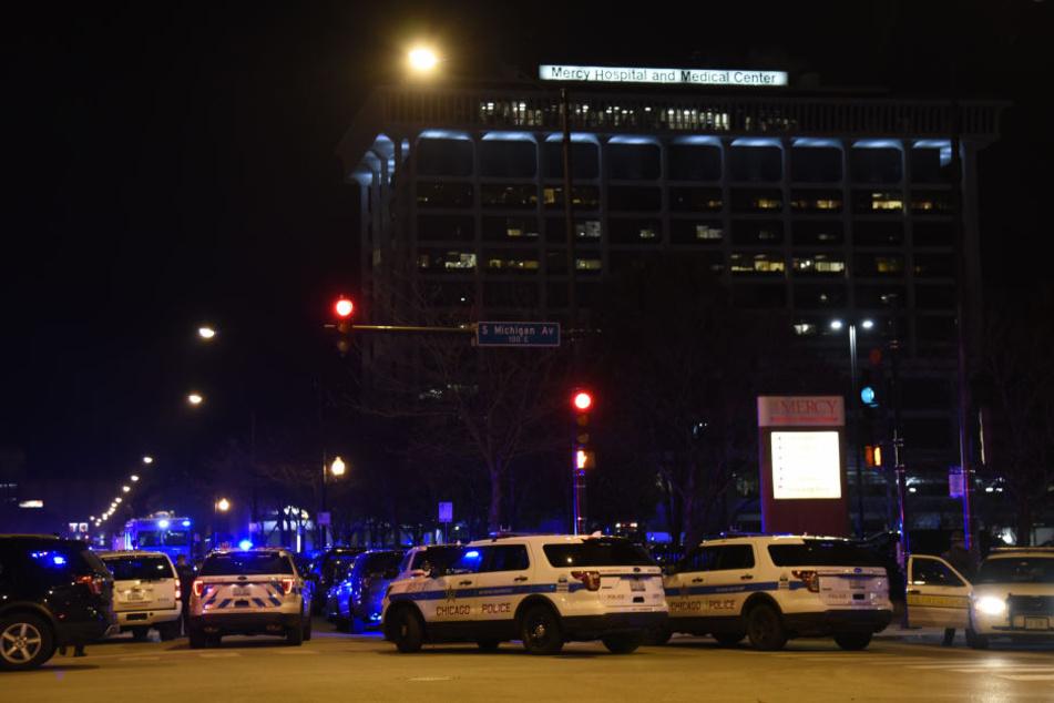Ein riesiges Polizeiaufgebot steht vor dem Merci Hospital im US-amerikanischen Chicago.