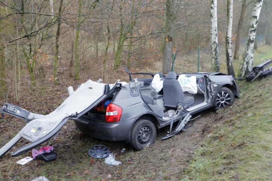 Um den eingeklemmten Fahrer zu befreien musste der Wagen fast komplett zerlegt werden.