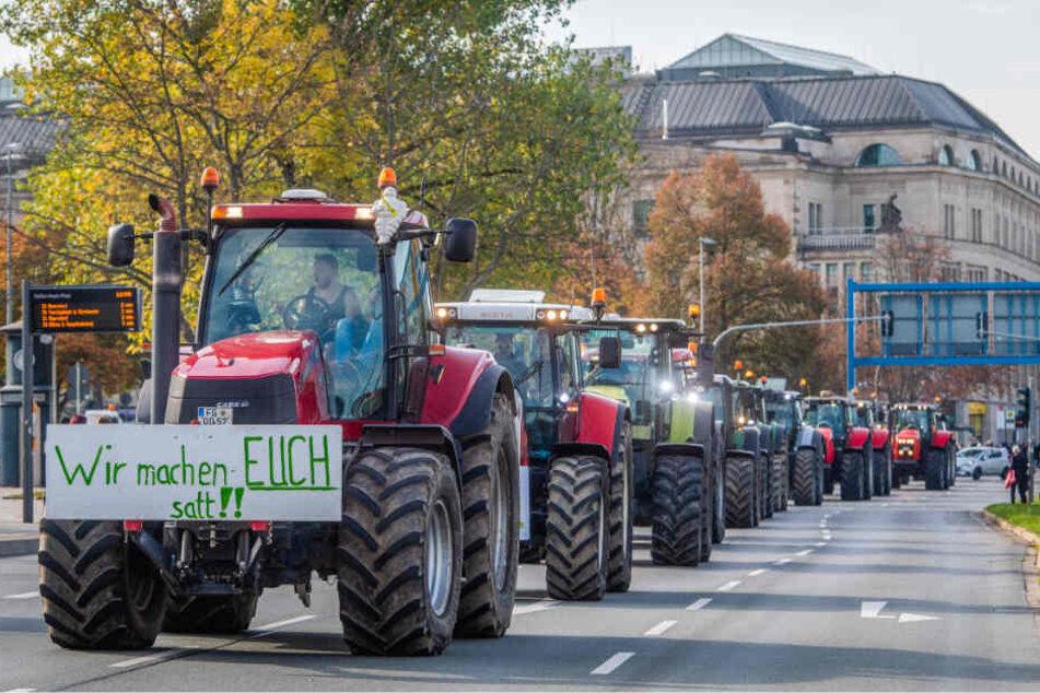 Rund 300 Landwirte demonstrierten gestern Mittag vor der Johanniskirche gegen das geplante Agrarpaket der Bundesregierung.