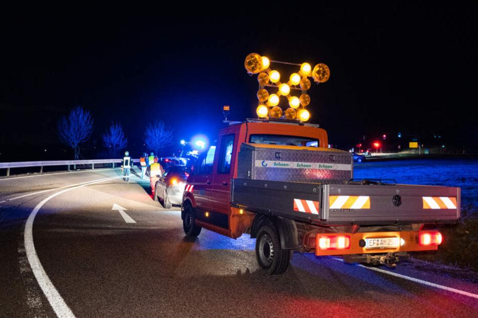 Ein Wagen der Sraßenbahnmeisterei war durch Zufall vorbeigekommen und sperrte die Straße ab.
