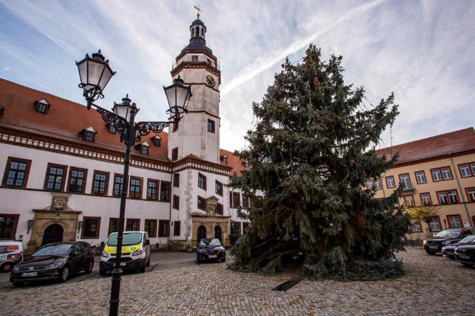 Auf seinem Weg zum Rathaus demolierte der Weihnachtsbaum auch mehrere Laternen, wie sie links zu sehen sind.
