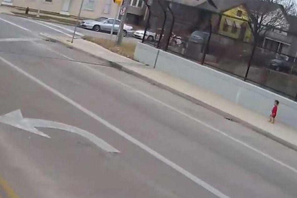 Der kleine Junge lief mutterseelenallein an der Straße entlang.