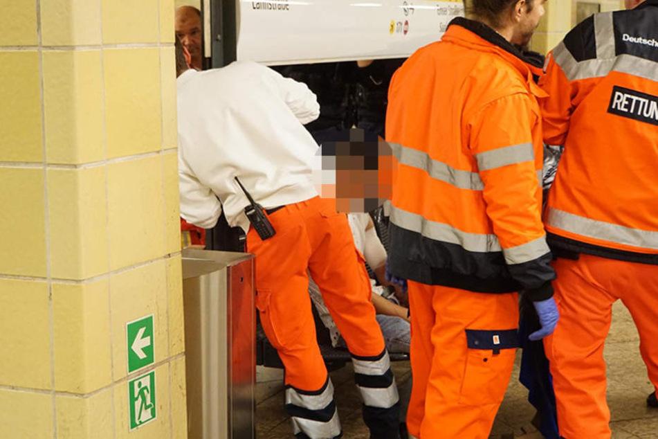 Einer der jungen Männer erlitt offenbar eine Schnittwunde am Oberarm. Die Sanitäter versorgten noch vor Ort medizinisch.