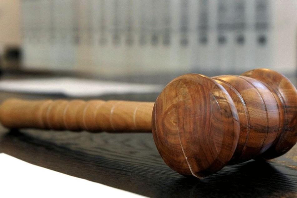 Ehebruch war für den Richter schlimmer als eine Hammerattacke! (Symbolbild)
