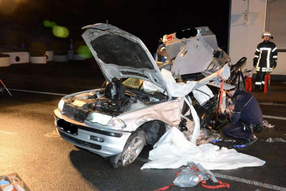 Von dem BMW sind nur noch Trümmer übrig.