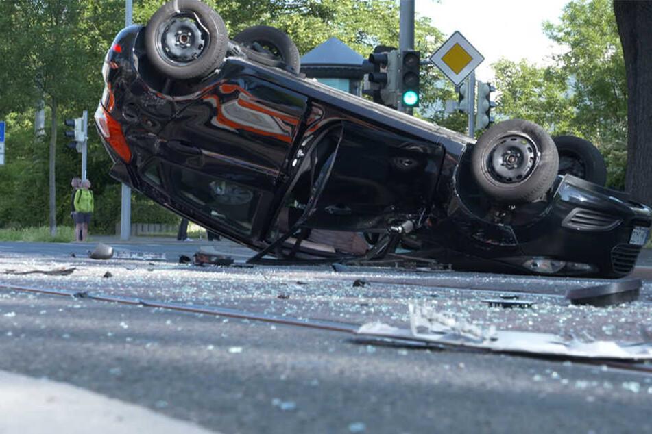 Durch den Aufprall überschlug sich der Ford Fiesta, der Fahrer musste ins Krankenhaus gebracht werden.