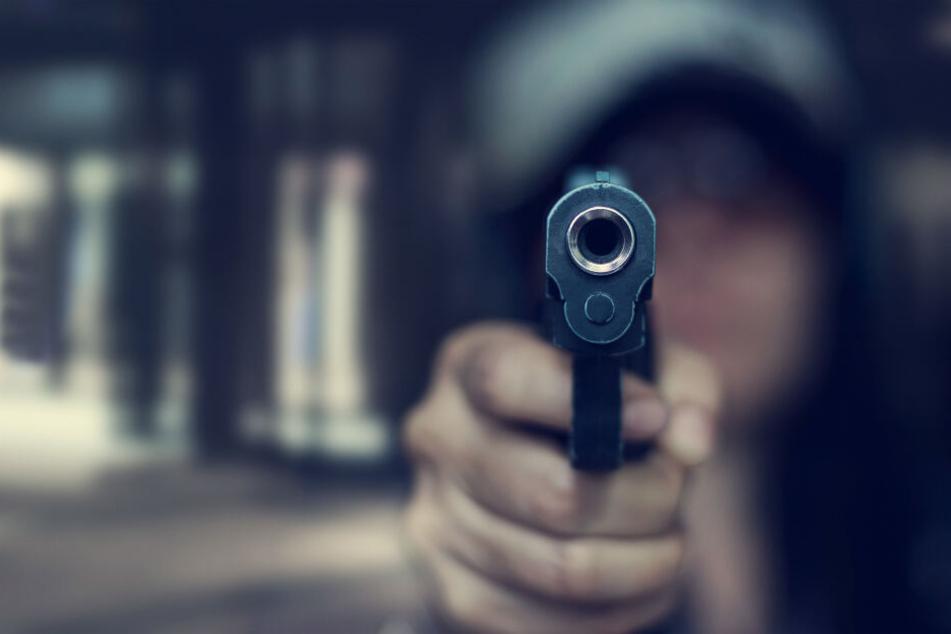 Der Täter war mit einer schwarzen Pistole bewaffnet (Symbolbild).