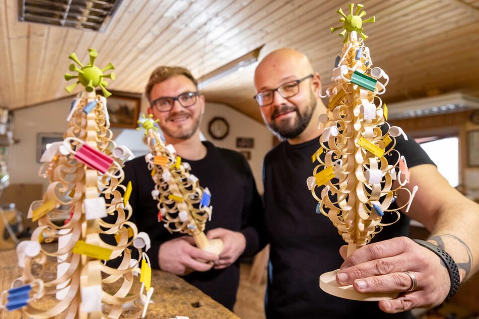 """Nico Kaden (38, r.) und Hans Kannapin (31) präsentieren den """"SpaHnbaum""""."""