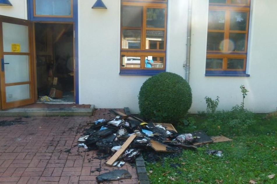 Die Polizei sucht ein junges Pärchen, das Hinweise auf das Feuer in der Grundschule Minderheide geben könnte.