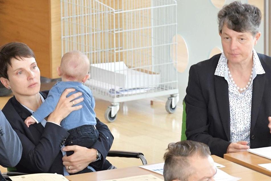 Frauke Petry (42) mit ihrem Sohn Ferdinand und ihrer Vertrauten Kirsten Muster (66, rechts).