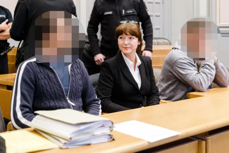 Die zwei Männer - hier neben ihrer Dolmetscherin Margaretha Filipinski - erhielten Haftstrafen. Auf Anweisung des Gerichts wurden sie gepixelt.