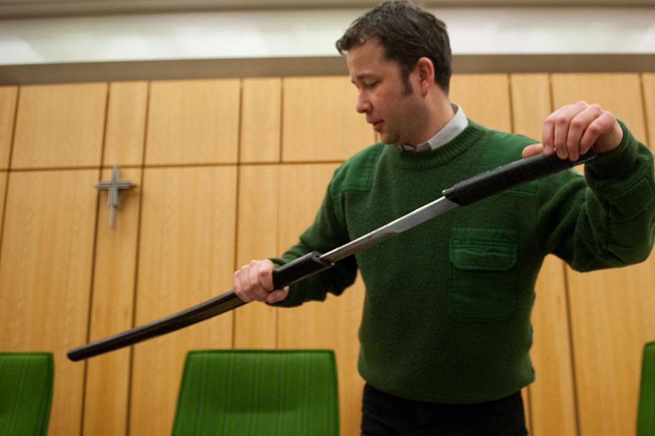 """""""Ich bringe Euch alle um!"""" Mann versetzt Gäste mit Samurai-Schwert in Todesangst"""