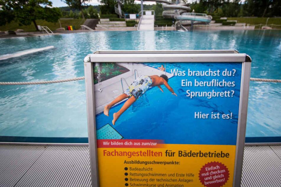 Im Stuttgarter Inselbad weist ein Schild auf freie Ausbildungsplätze hin.