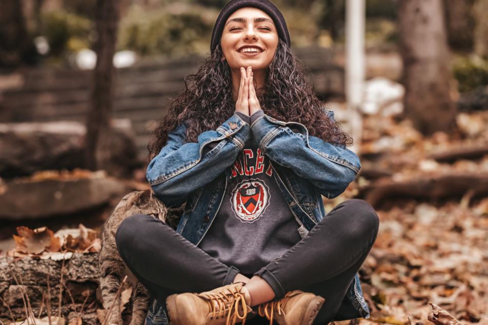 Bevor Du jetzt direkt mit dem Kopf schüttelst, versuch es doch erstmal. Es mag nicht jedermanns Ding sein, aber es hat einen Grund, warum Meditation immer beliebter wird.