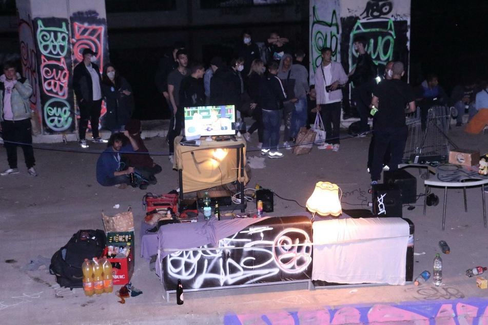 Mit DJ-Pult, Couch und ein paar Bierchen hatten es sich zeitweise mehr als 100 Menschen bequem gemacht.