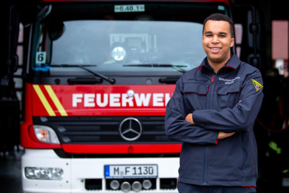 Joshua Grasmüller (19), ehemaliger Landesschülersprecher von Bayern, steht in der Fahrzeughalle der Feuerwache 6. in München.