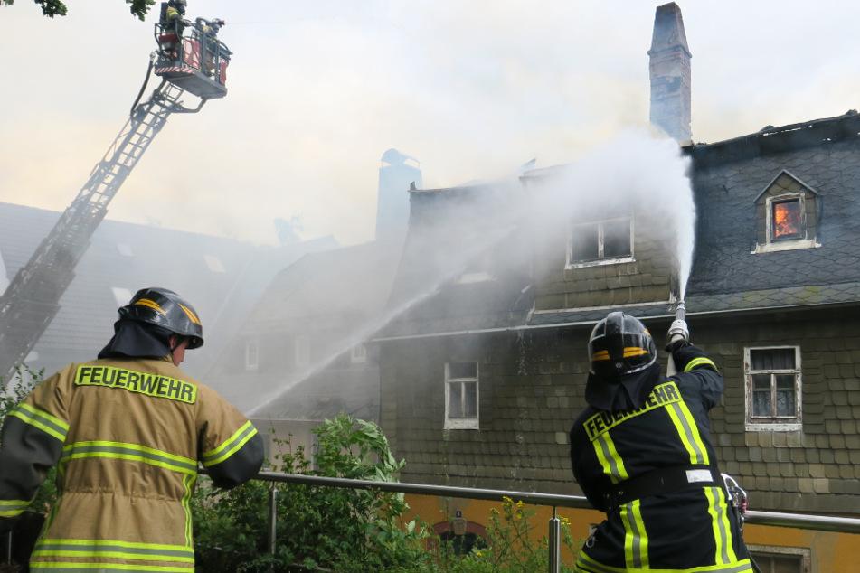 Die Feuerwehrleute bekämpfen die Flammen.