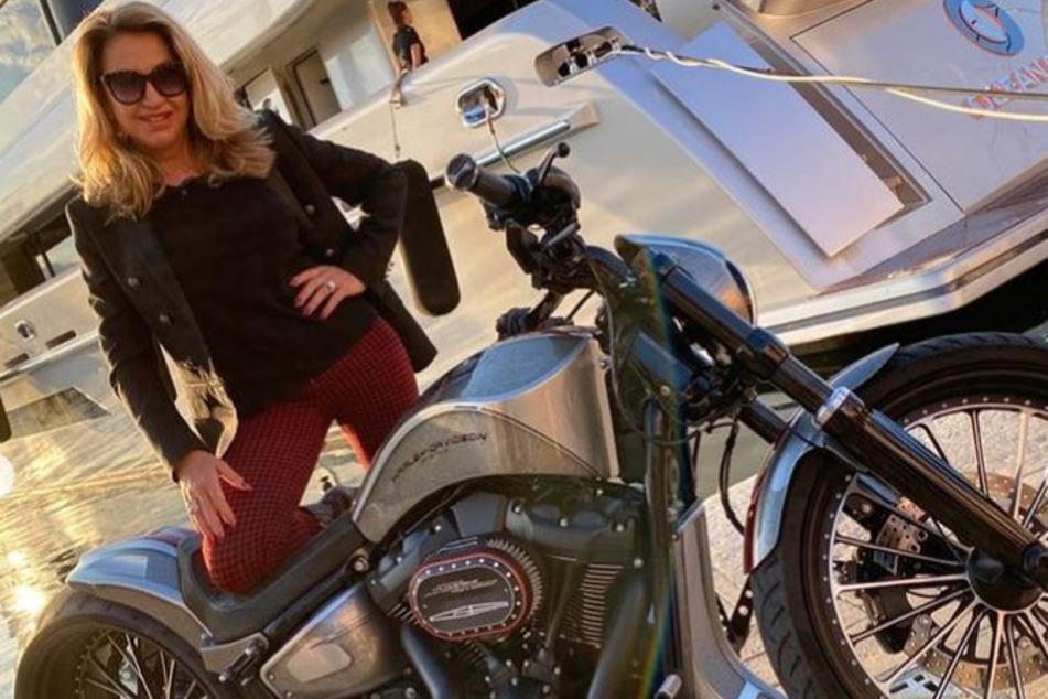 Carmen Geiss (55) zeigt die neue Harley-Davidson von Robert Geiss (57).
