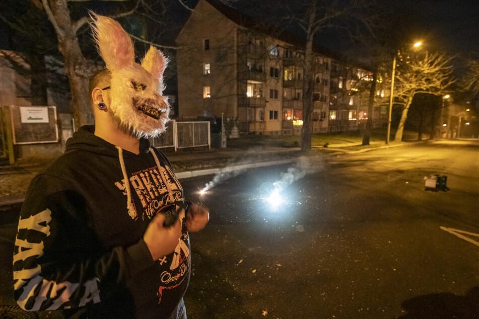 Tony (32) ließ sich trotz Böllerverbots die Knallerei in der Weststraße nicht verbieten, versteckte aber sein Gesicht hinter einer Hasenmaske.