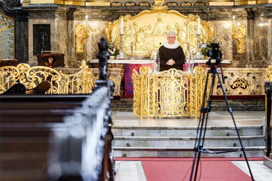 Alexander Röder, Hauptpastor an der Hauptkirche St. Michaelis (Der Michel), predigt vor leeren Kirchenbänken.