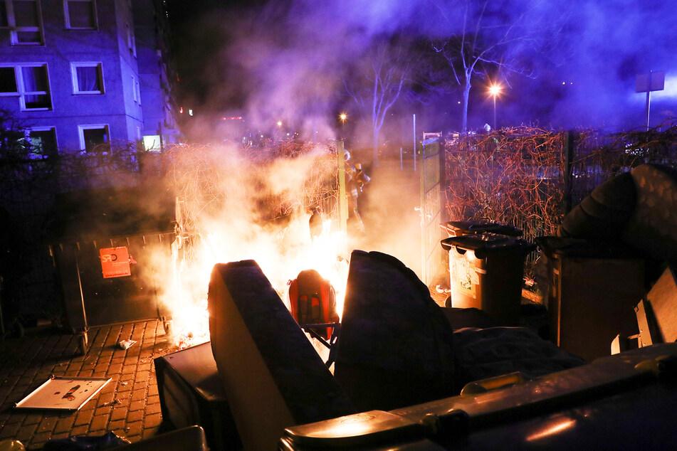 Auch auf der Harthaer Straße stand ein Müllcontainer in Flammen.