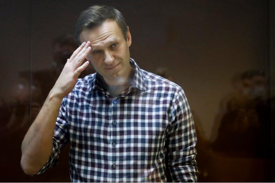 Alexej Nawalny steht während seiner Verhandlung hinter einer Glasscheibe im Babuskinsky Bezirksgericht in Moskau.