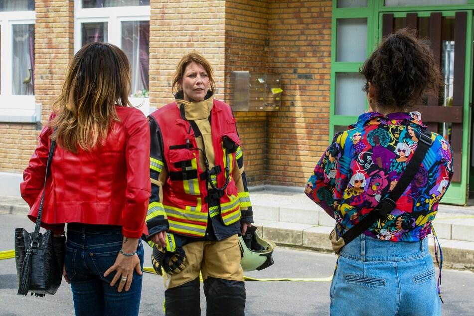 Kameradin Katrin Licht (M.) kann zumindest beruhigen, dass die Wohnung nicht zerstört wurde.