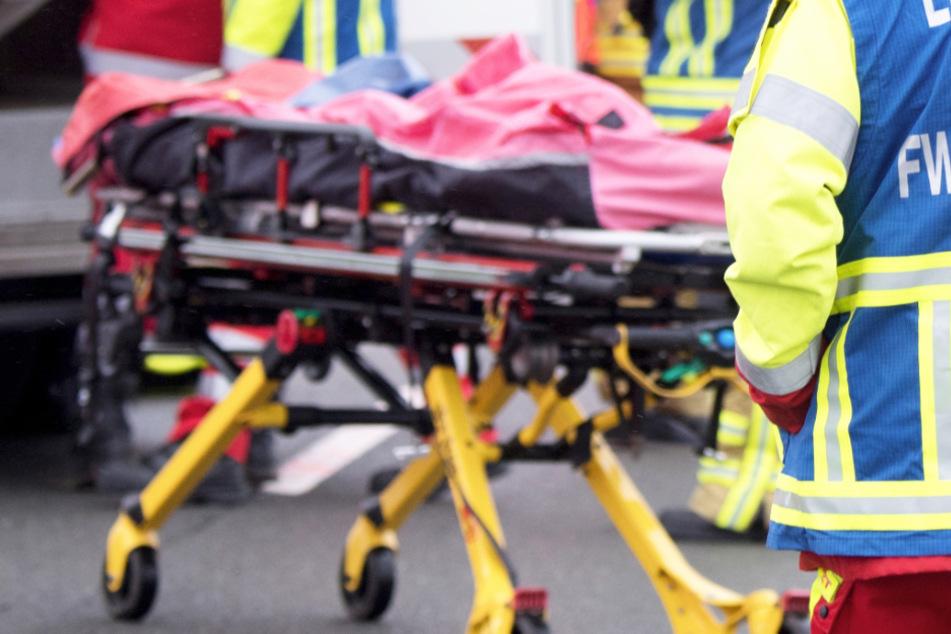 Bei einem schweren Auffahrunfall an einem Stauende ist auf der A31 ein Mensch gestorben. Retter waren im Einsatz. (Symbolbild)