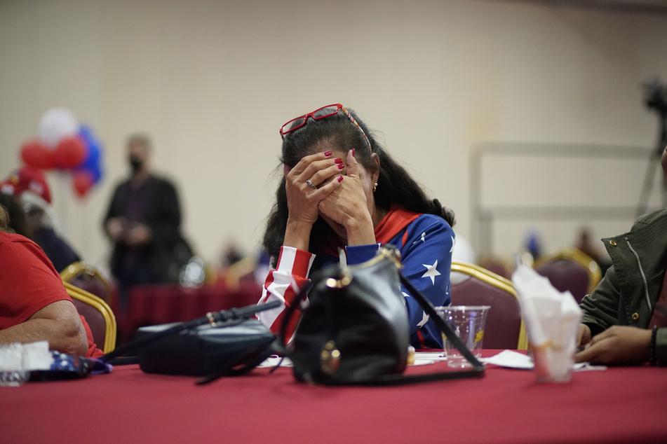 Eine Anhängerin von US-Präsident Donald Trump aus Loretta Oakes (Las Vegas) reagiert bei einer Wahlparty der Republikaner auf positive Wahlergebnisse für den demokratischen Präsidentschaftskandidaten Joe Biden.
