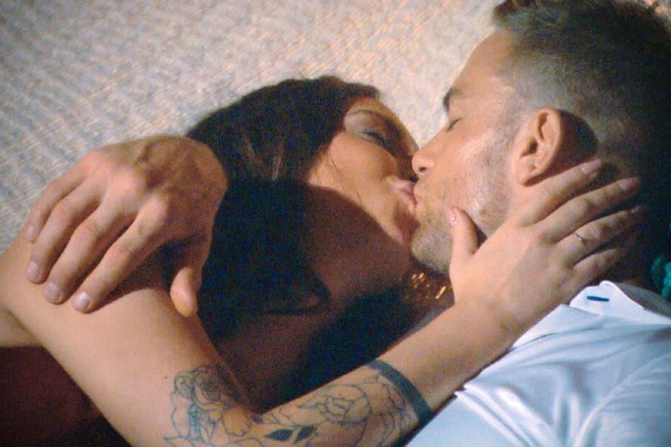 Den ersten Kuss sahnt Jenny Jasmin in der Hängematte ab (Foto: TV Now).