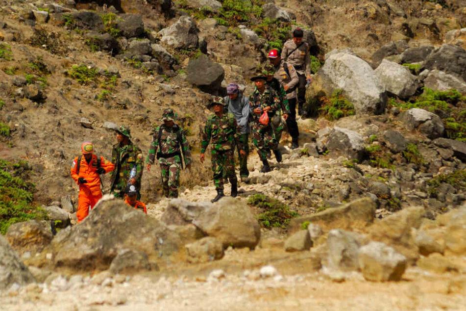 Ein Einsatzteam sucht auf dem Vulkan Sibayak auf Sumatra nach einem vermissten deutschen Touristen.