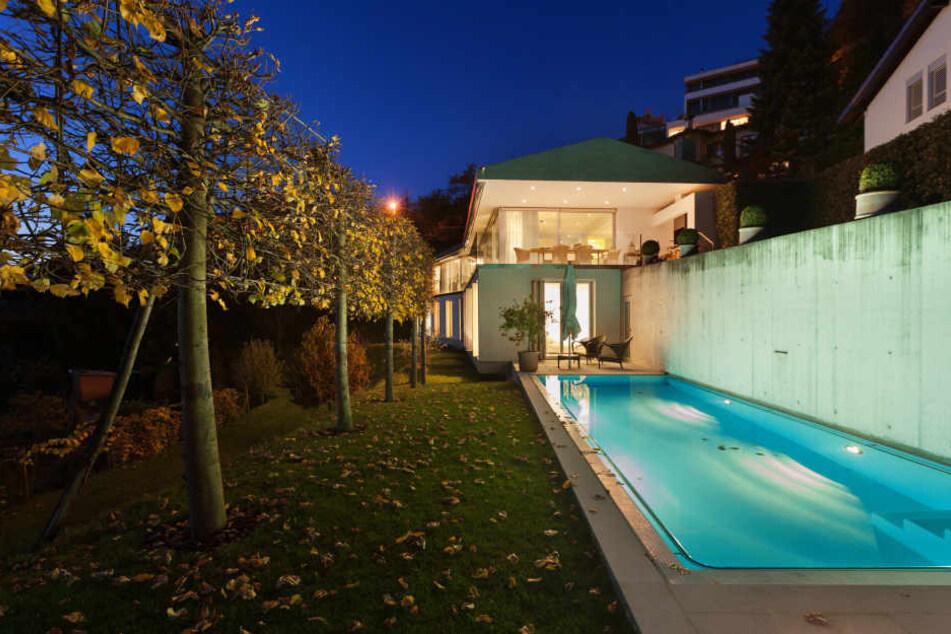 Die 79-Jährige soll ohne Fremdeinwirkung in den Pool ihrer Villa gestürzt sein (Symbolbild).