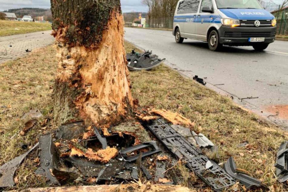 Auch der Baum wurde stark in Mitleidenschaft gezogen und ist von dem wuchtigen Aufprall des Fahrzeugs gezeichnet.