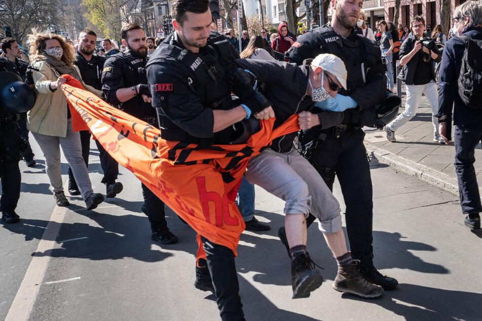 Trotz Corona-Maßnahmen: Menschenkette demonstriert für Flüchtlinge, Polizei greift durch