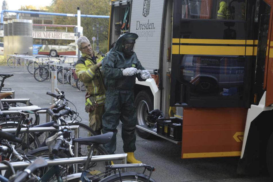 Mit Spezialanzug betrat ein Feuerwehrmann den Landtag.