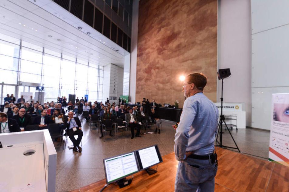Chef-Organisator Rainer Lampe bei seinem Schlusswort im Commerzbank Tower.