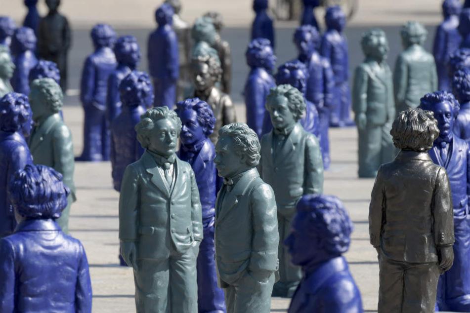 Auf dem Münsterplatz stehen Miniaturdarstellungen von Albert Einstein. Die 500 jeweils knapp einen Meter großen Einstein-Figuren sollen mehrere Wochen lang den Ulmer Münsterplatz bevölkern.