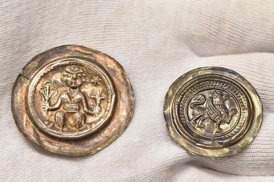 Münze (mit Figur, links) Bracket von 1197- 1221 von Dietrich Mkf. v. Meißen; Münze rechts: Bracket von Friedrich II, Graf von Brehna.