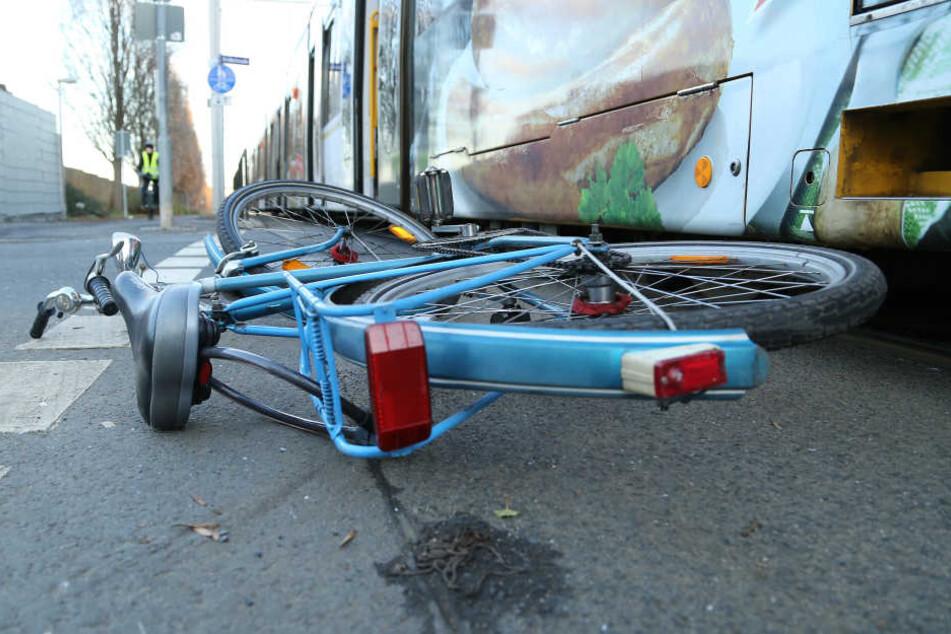 Der Radfahrer wurde so schwer verletzt, dass er noch an der Unfallstelle verstarb. (Symbolbild)