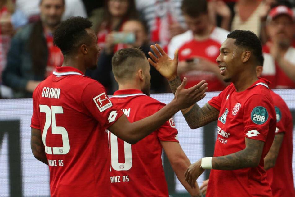 Boetius (rechts im Bild) jubelt mit seinen Kollegen über das zwischenzeitliche 2:2, am Ende drehten die Mainzer das Spiel komplett.