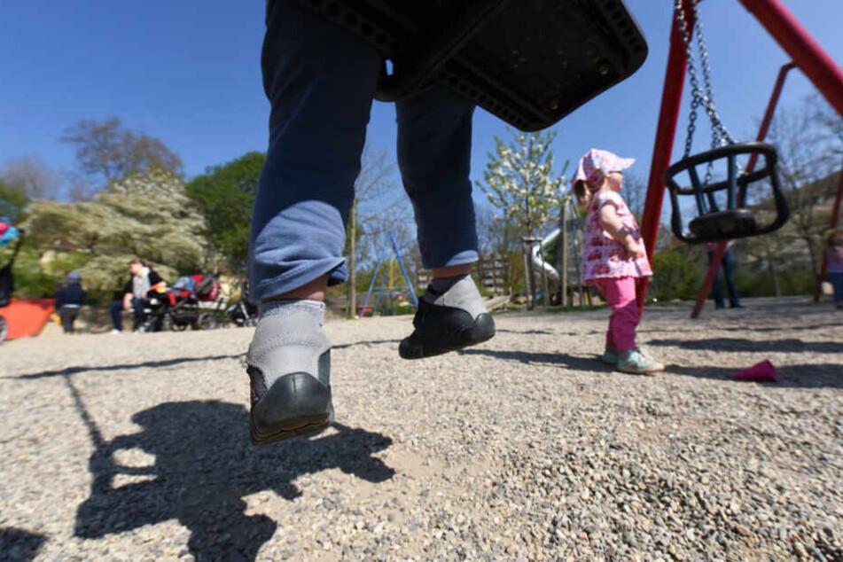 Teenager (13) holt sich auf Spielplatz einen runter! Die Reaktion eines Vaters ist genau richtig