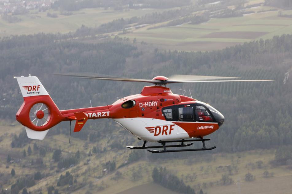 Ein Rettungshubschrauber musste den schwer verletzten Gleitschirmflieger ins Krankenhaus bringen. (Symbolbild)