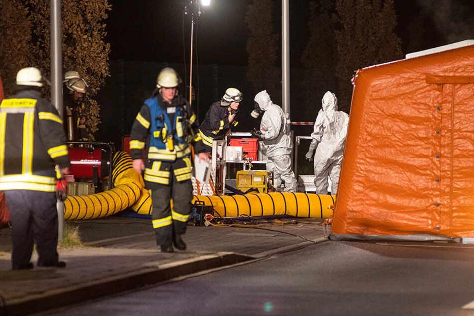 Spezialisten der Feuerwehr untersuchten den Tatort, nachdem mehrere Personen über Beschwerden klagten, nachdem sie einen Brief öffneten.