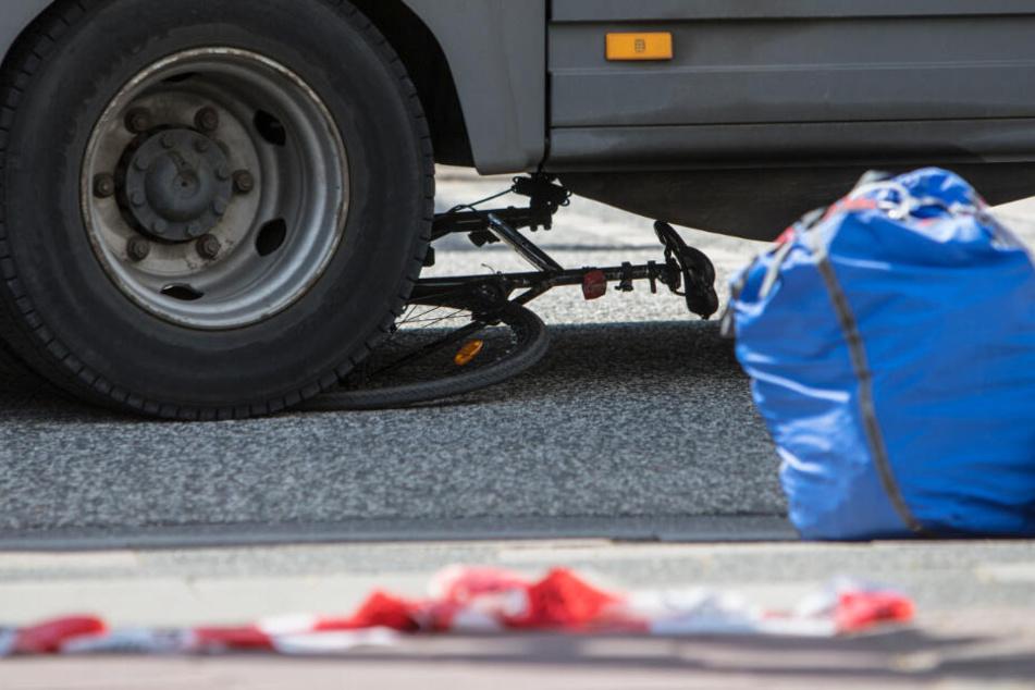 Das Fahrrad wurde unter den Lkw-Reifen eingeklemmt.
