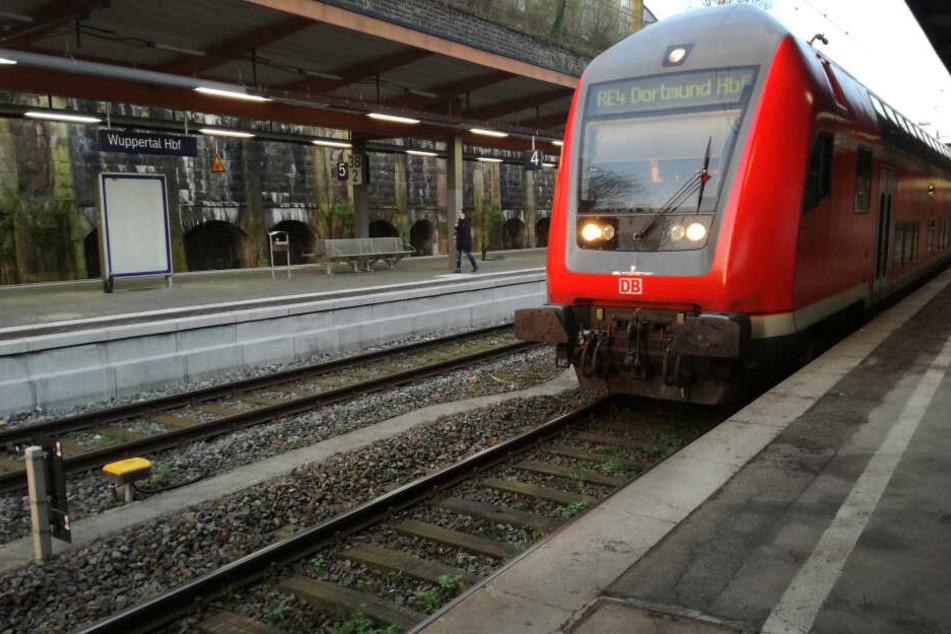 Bei der An- und Abreise nach Duisburg setzt die Deutsche Bahn zwei Sonderzüge ein (Symbolbild).