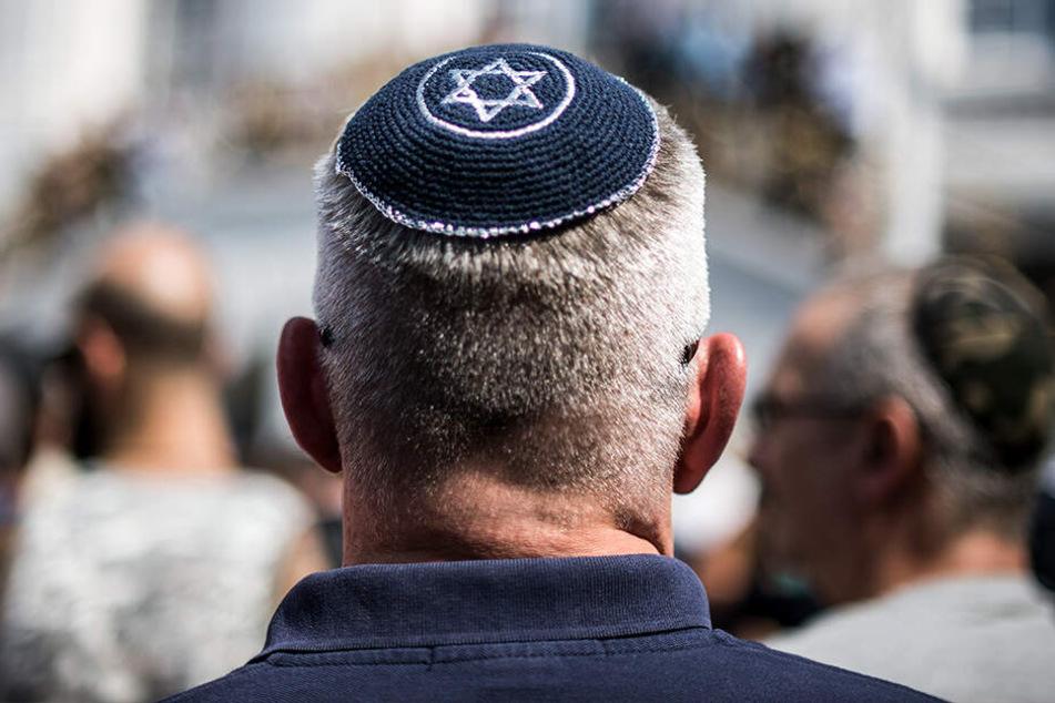 In Bonn demonstriert ein Mann mit einer Kippa auf dem Kopf. Etwa jeder dritte EU-Bürger nimmt einer Studie zufolge einen Anstieg von Antisemitismus in seinem Land wahr.